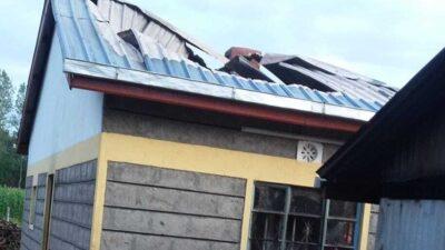 Teilweise eingestürztes Dach aufgrund eines Brandes
