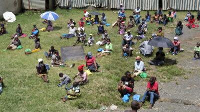 Gemeindemitglieder warten auf Essen.