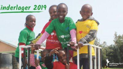 Ein Bild aus dem GOA Kinderlager, auf welchem Waisenkinder in farbigen Tshirts ihre Zeit auf dem Spielplatz geniessen.