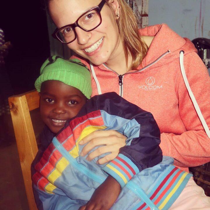 Tanja mit der jüngsten Bewohnerin von Rehema