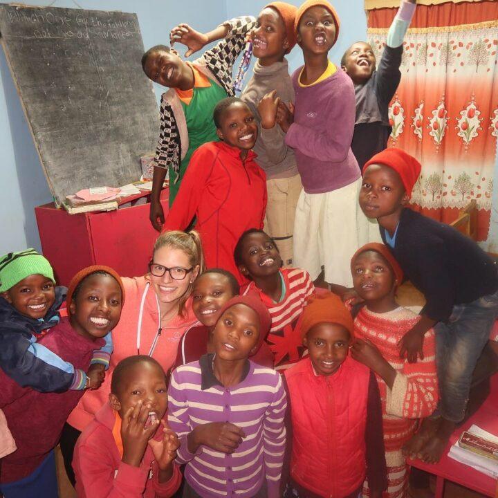 Die Mädchen freuen sich ausgelassen über den Besuch aus der Schweiz