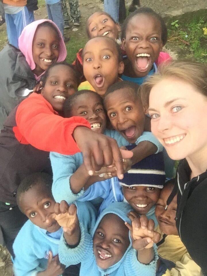 Elda Liebi auf einem Selfie mit vielen kenianischen Kindern