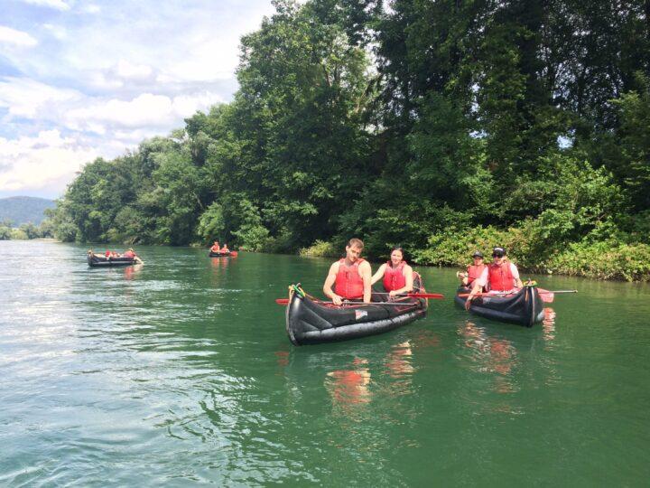 4 Personen lassen sich in Kanus den Rhein heruntertreiben