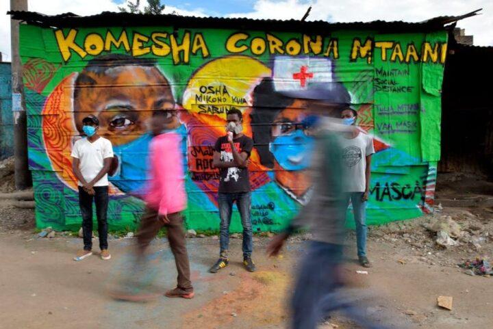 Bemalte Wände machen auf Massnahmen gegen das Coronavirus aufmerksam