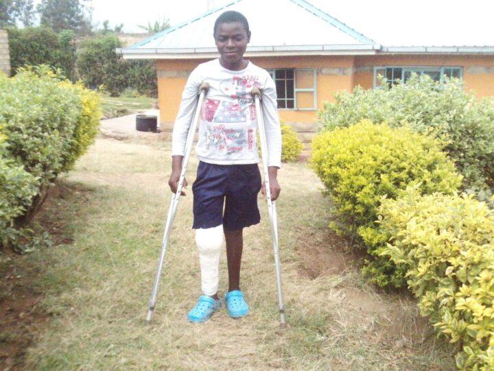 Junge mit Krücken und Gibs an einem Bein