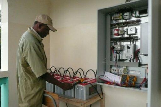 6 it für afrika 2011 mr massawe unser hilfreicher elektriker vor ort large
