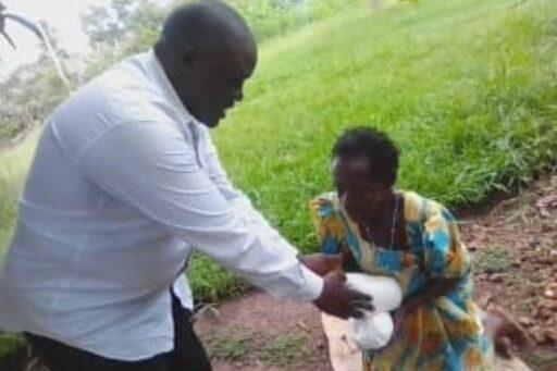 Mann übergibt Frau ein Essenspaket