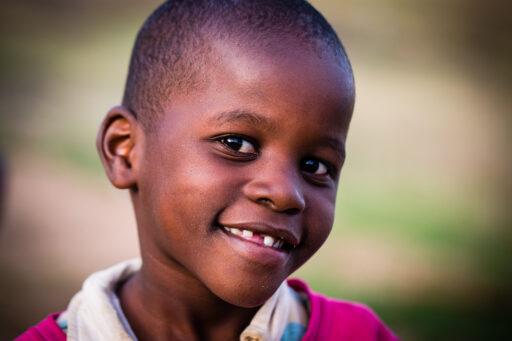 Nahaufnahme eines lächelnden kenianischen Kind