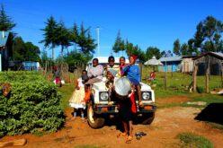 Kindergruppe um und auf Auto
