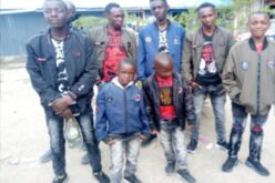 Viele kenianische Kinder mit neuen Kleidern