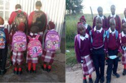 Kinder mit neuen Rucksäcken und Uniformen