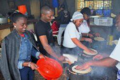 Eine Jugendgruppe aus der Umgebung bereitet ein Festessen für die Kinder zu.