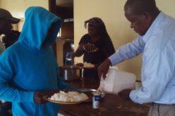 Links: Jugendlicher mit blauem Kaputzenpullover und Reisteller in der Hand. Rechts: Mann mit hellblauem Hemd, befüllt gerade ein Becher mit Joghurt.