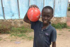 Kind mit Fussball
