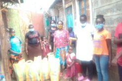 Familien in den Slums von Kangemi und Kawangware in Nairobi, Kenia, erhielten Lebensmittelspenden.