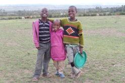 Drei Kinder mit strahlenden Gesichtern