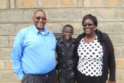 Eltern mit einem Jugendlichen dazwischen