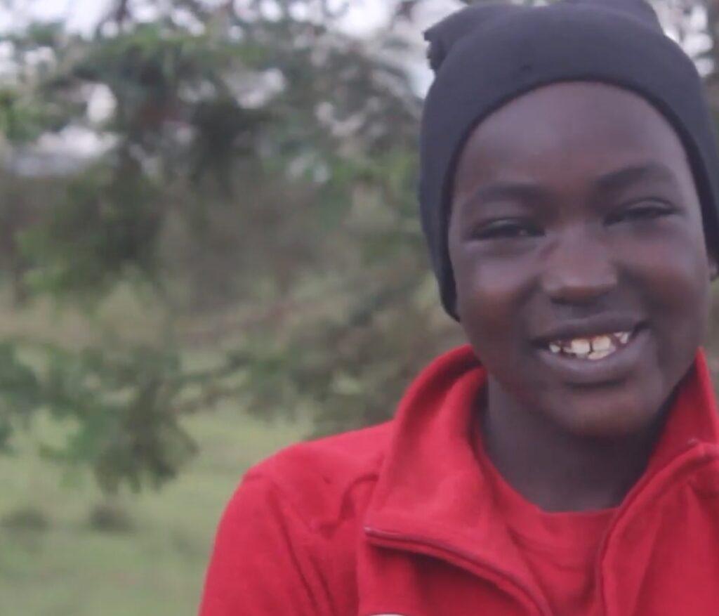 Afrikanisches Waisenkind Lucy lacht