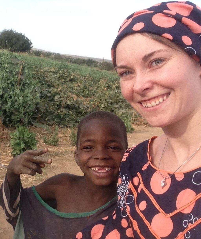 Elda in afrikanischem Gewand mit Kind