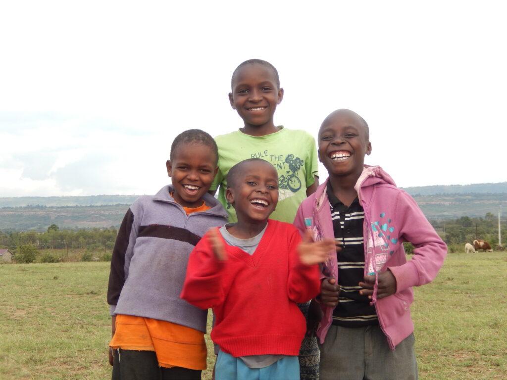 Vier Kinder aus Kenia lachen