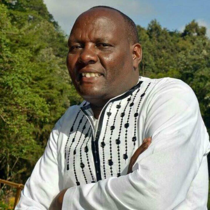 Kenianischer Mann in weissem kenianischem Hemd