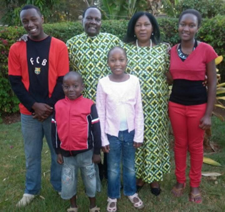 David & Joyce Thagana in traditioneller Kleidung mit ihren Kindern