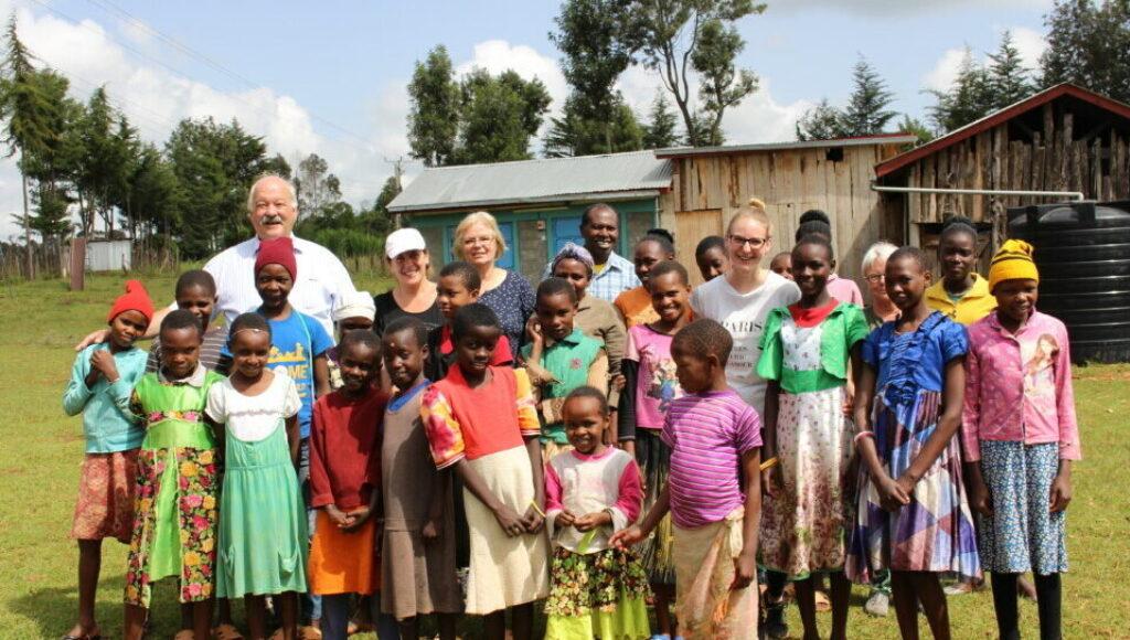 Gruppenbild von 5 Schweizer Paten mit Waisenkindern
