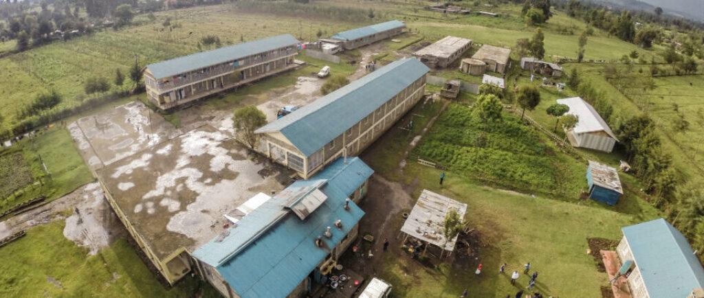 Mehrere längliche Gebäude mit blauen Dächern
